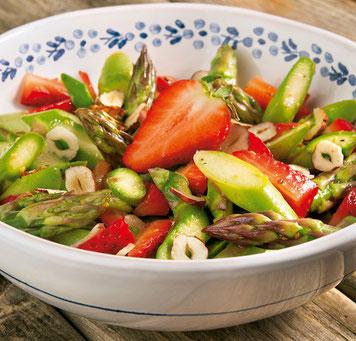 Grüner-Spargel-Salat mit Erdbeeren und Haselnuss-Vinaigrette