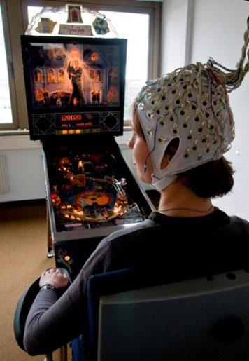 BU: Mehr als Spielerei: Das Berlin Brain Computer Interface soll nicht nur beim Flippern helfen, sondern auch Rollstühle steuern. Copyright: TU Berlin/PR/Ulrich Dahl