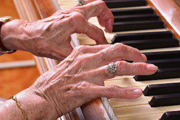 Auch im Alter kann man Klavier spielen. Copyright: 7horses/ Fotolia.com