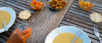 Süß-Kartoffelsuppe mit Thymian-Crôutons und Pickels