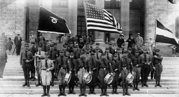 (c) Bundesarchiv: Bild 146-1990-073-12  Die Amerikanische Flagge neben Reichsadler mit Hakenkreuz