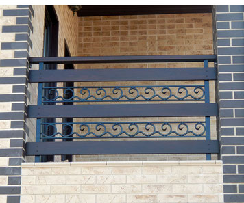 Кованое балконное ограждение с деревянными вставками