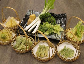 朝採りの山菜天ぷら、揚げたてを召上がれ。