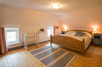 Die große Schlafstube liegt im Obergeschoss - hier schlafen Sie gemütlich unter der Dachschräge.