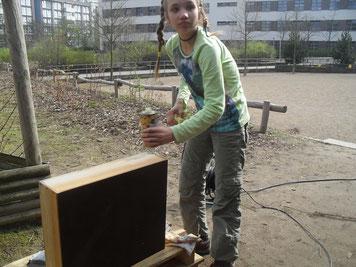 Die Holzbeuten werden abgeschliffen und frisch eingeölt.