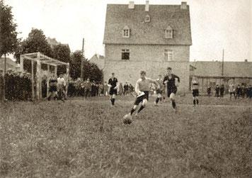 Sportplatz unterhalb des Bahnhofs (heute Pestalozzistraße) Spiel Pfingsten 1926 SVC Kastellaun : VFL Crefeld (Jugend) 2:3