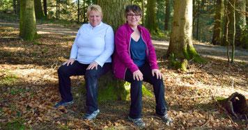 Zwei Frauen beim Baumsitzen