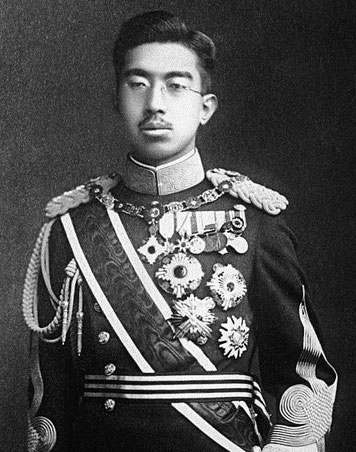 Il faudra les deux explosions atomiques sur les villes d'Hiroshima et Nagasaki, les 6 et 9 août 1945, pour contraindre l'empereur Hirohito à capituler, près de quatre mois après l'Allemagne, le 2 septembre 1945.