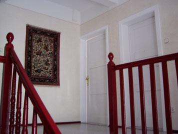 Spachteltechnik an den Wänden, Lackierung Geländer und Türen