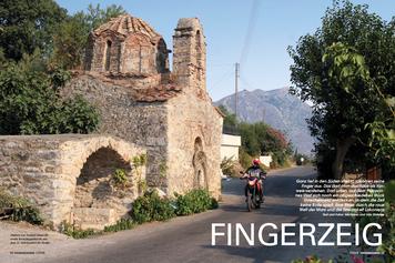 Südlich von Nomítsi säumt die uralte Kreuzkuppelkirche aus dem 11. Jahrhundert die Straße.