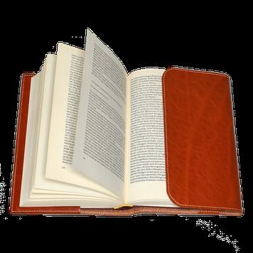 Buch in Buchhülle aus Leder
