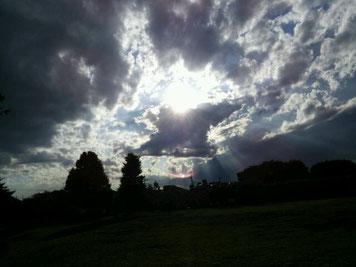 この写真は月ではありませんが、家の近所の公園の空です。空ってなんだかすごい。