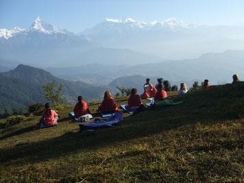 Panchassee Yoga Trek in Nepal, Sonnenaufgang Meditation mit Blick über die Annapurna Bergkette; Yoga Urlaub in Nepal, Yoga Trekking in Nepal