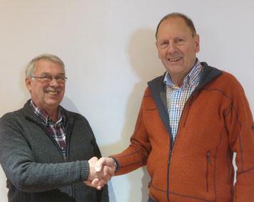 Albert Vosseler (re) bedankt sich beim scheidenden Präsident Lutz Nieland, der von der Versammlung einstimmig zum Ehrenmitglied ernannt wurde.