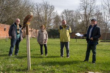 Die HL-Weingarth-Stiftung will die Greifvogelstation des LBV Coburg künftig finanziell unterstützen. Am 9. April 2021 übergab der Stiftungsratsvorsitzende den ersten Scheck über 1.000 Euro. (c) Leuthäusser