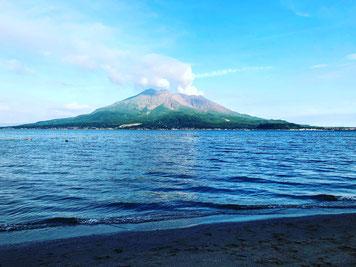 Volcán Sakurajima visto desde una playa de Kagoshima a finales de agosto de 2019.
