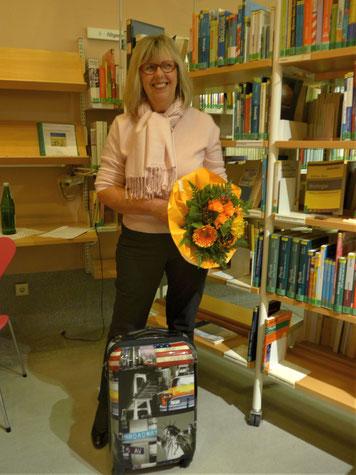 Hier rollt G. Kaschluhn wieder mit ihrem Koffer voller neuer Bücher an