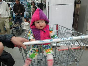 コストコでお買い物。ずっとご機嫌。