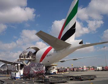 Emirates B777F loading in Dubai - Bitte oben Platzieren