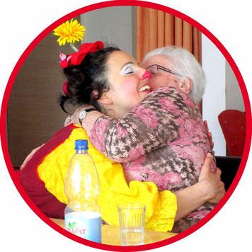 Geriatrie- und Gesundheits-Clown Angelina Haug beglückt eine Stuttgarter Bewohnerin einer Senioreneinrichtung