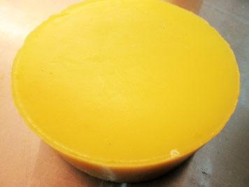 Wachsblockoberseite: Durch das langsame Erstarren in der Wärmebox ist das Wachs äußerst rein.
