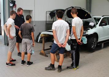 Die Schüler hinter den Kulissen von Fischer Automobile in Pilsach. Foto: Hannah Madry, Fischer Automobile GmbH