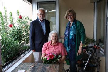 Foto: Vera Finn; Paul Weppler begrüßt gemeinsam mit Stadträtin Ruth Dorner Maria Ziegler als 500. Mitglied von GENiAL e.V.