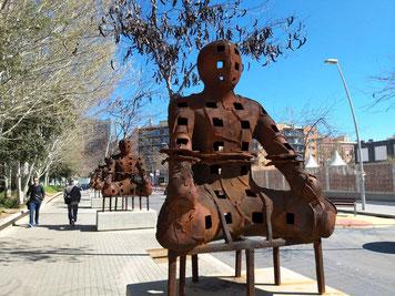 Стражники. Автор - Ксавье Маскаро. Уличная скульптура Барсселоны.