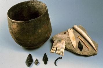 Céramique Chasséenne, pointes de flèche en silex et serpentine polie peigne et racloir en bois de cerf, pendeloque crochet et poinçon. Période du Néolithique