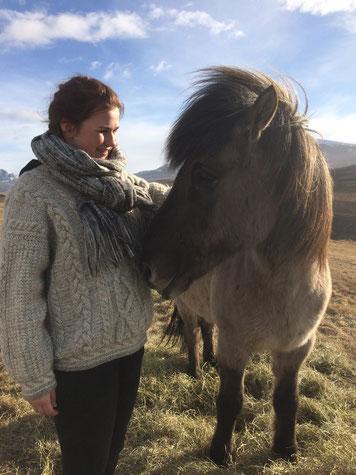 Miriam Schmelz mit einem Islandpferd