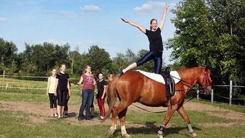 """Voltigieren ist Mut- und Übungssache: Auf dem Pferd """"Chili"""" macht Wiebke Rüttger vor, wie es geht. Die Zügel hält derweil Meike vom Bey. Sie hat das Zentrum vor einem Jahr gegründet. FOTO: Achim Blazy"""