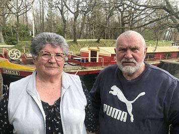 Lydie et Alain Huguet posent devant le « La Réole » sur lequel ils ont passé la majeure partie de leur vie.