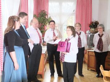 Monika Büttiker überreicht dem Verlobungspaar das Verlobungs-Geschenk des Vereins.