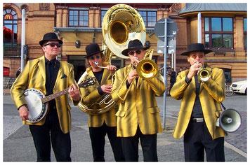 mit Trompete, Posaune, Sousaphon und Banjo. Gesungen wird über ein Megaphone.