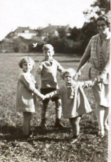 Dr. Lieselotte Schroeder Traimer, Heinz Traimer, Dr. Roswitha Schloeterrer Traimer in Augsburg Bayern um 1930.