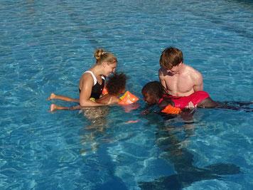 Schwimmtraining am Pool der Acacia International School