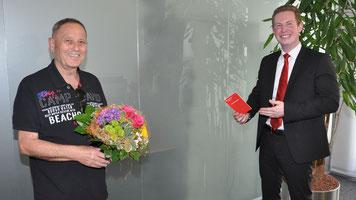 Patrick Prestele (rechts) von der Kreissparkassen-Filiale in Diedorf gratuliert seinem Kunden Gerald Sterr zum 10.000-Euro-Hauptgewinn beim PS-Sparen der bayerischen Sparkassen. Foto: Walter Kleber / Kreissparkasse