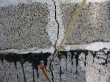 Fugenrisse im Fundament eines alten Steinhauses
