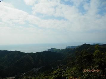 佐伯市蒲江波当津地区の津島畑山頂より撮影、2014/05/04 クリックで拡大。 上は太平洋、日向灘、 右手のタワーの建った山が陣が峰。真下に東九州道が見えます。