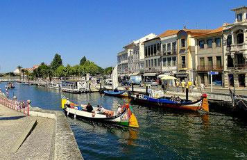 Kanal in Aveiro mit bunten historischen Holzbooten