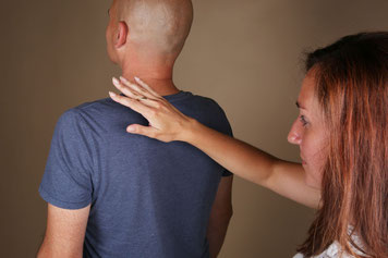 Magnétisme humain. La magnétiseuse travaille par imposition des mains sur le dos du patient.
