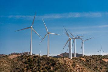 米ロサンゼルス近郊の巨大風車群 CC BY 2.0 allanjder