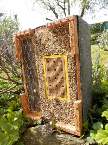 Stephan Eßer: Wildbienenbruthilfen und Insektenhotels sind in einem naturnahen Garten eine sinnvolle Ergänzung der immer selten werdenden Nistmöglichkeiten für diese Tiere. www.bee-fly.de