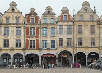 Place des Héros, les arcades : Photo Laure Amelin