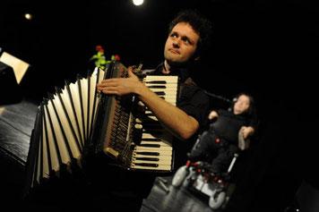 LouJé au regard de fou avec son accordéon déréglé !