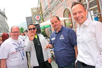 Gemeinsam stark bei Bottrop beweg Dich: Initiator und Apotheker Peter Stadtmann (links), Farid Zitoun (2. vl) und Christian Rüger (rechts) mit Moderator Holger Czeranski.