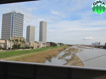 二子玉川駅のホームから多摩川の下流側(東方)を見る. 旧堤防は住宅地と背後の高層ビル群の間にあるので見えない.