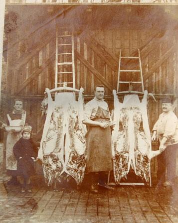 Opa Otto Müller, der gelernter Fleischer war,  in der Mitte und dessen Eltern rechts und links im Hof von Hauptstrasse/Hitlerstr. 4 - Sammlung Eberhard Müller