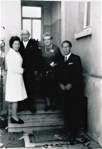 Paul Barchfeld mit seiner Frau Ella und den Kindern Ilse und Werner im Eingang zum Haus Ilse, jetzt Pestalozzistr. 13, das könnte anläßlich der Goldenen Hochzeit gewesen sein  Quelle Nancy Barchfeld