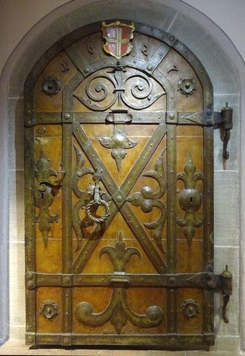 Der einzige noch erhaltene Fund aus Sandegg: diese Tür aus dem Jahre 1627. Sie ist heute im Historischen Museum Frauenfeld und dient dort als Eingangstür zur Schatzkammer. Foto: D. Steiner